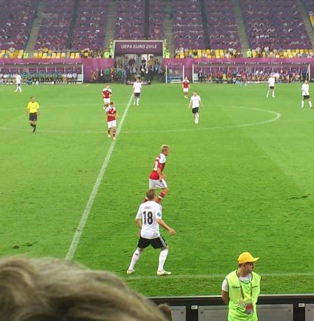 Toni Kroos klebt an der Außenlinie