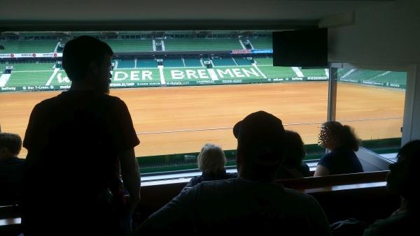 Blick aus einer Loge im Weserstadion auf das Spielfeld.