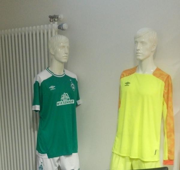 Schaufensterpuppen mit Spielertrikots in der Schirikabine im Weserstadion