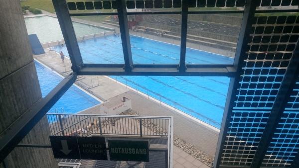Blick aus dem Weserstadion aufs angrenzende Schwimmbad