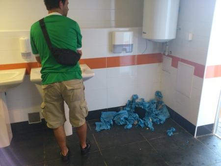 Keine Papierkörbe in den Toiletten
