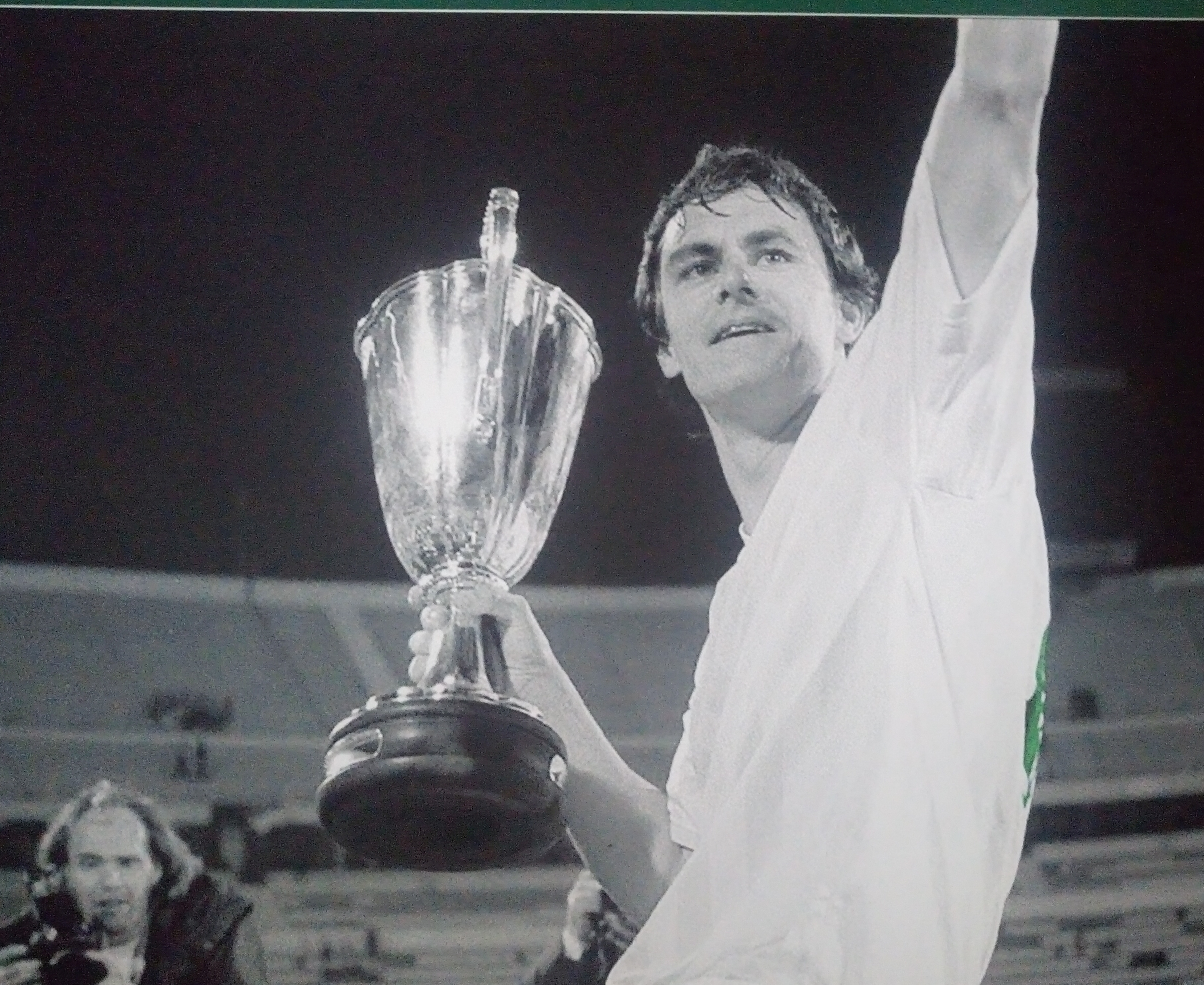 Wynton Rufer mit dem Europapokal der Pokalsieger im Weserstadion